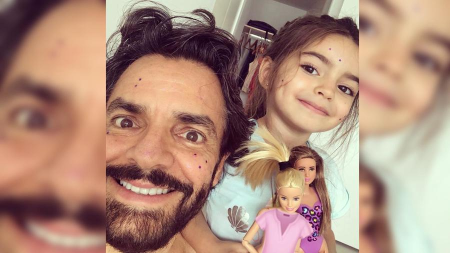 Eugenio Derbez y Aitana Derbez posan para una selfie