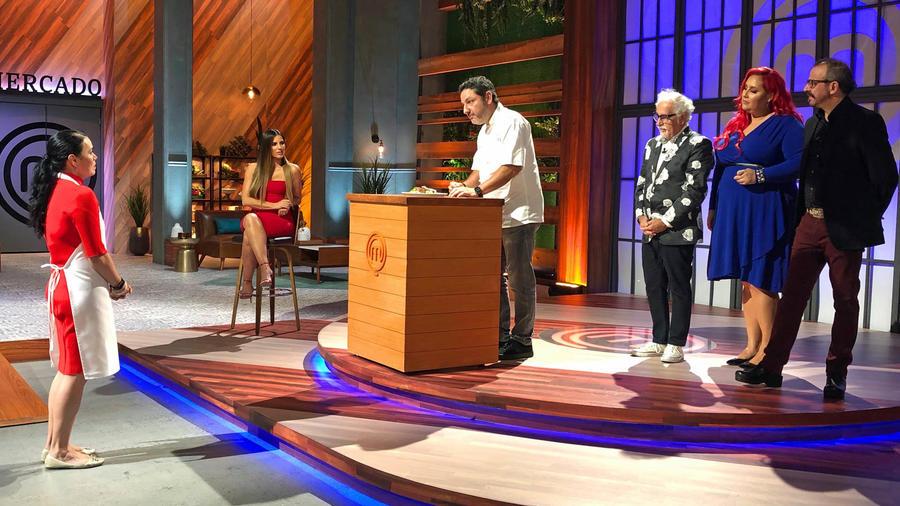 Dubraska Wawi presenta su plato al Chef Nelson Fernández y los jueces de MasterChef Latino 2