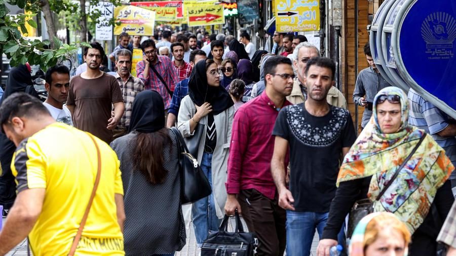 Varias personas caminan en una plaza de Teherán, la capital de Irán.