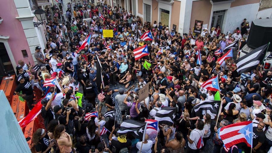 Manifestantes en Puerto Rico acuden a gran protesta nacional para exigir la expulsión del gobernador, Ricardo Rosselló