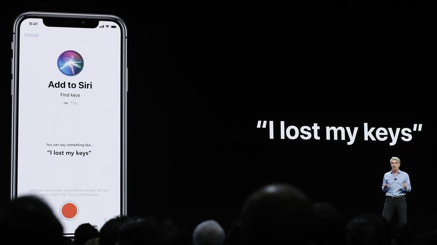 Craig Federighi, vicepresidente senior de ingeniería de software de Apple, habla sobre Siri durante un anuncio de nuevos productos en Apple.