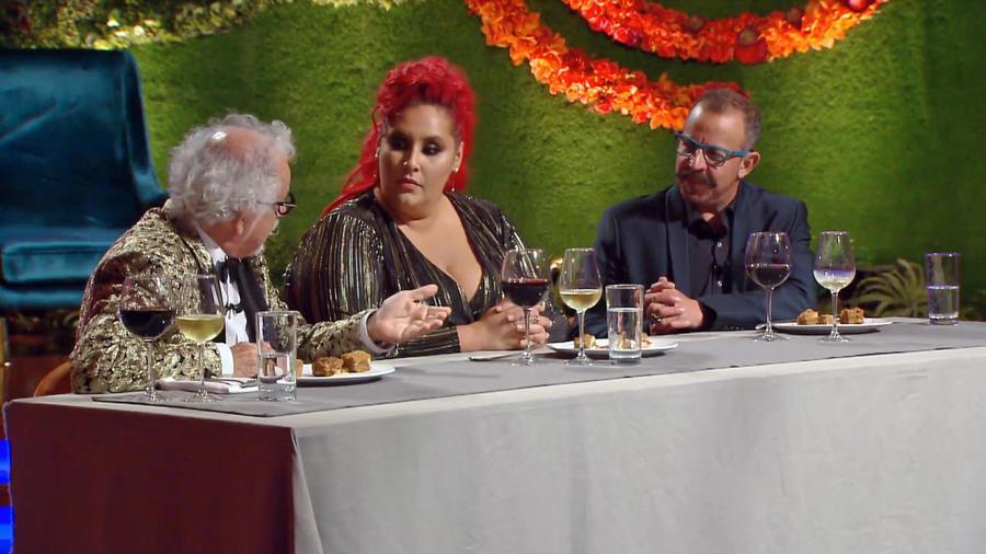 Chefs Ennio Carota, Claudia Sandoval y Benito Molina deliberan antes de elegir al ganador de MasterChef Latino 2