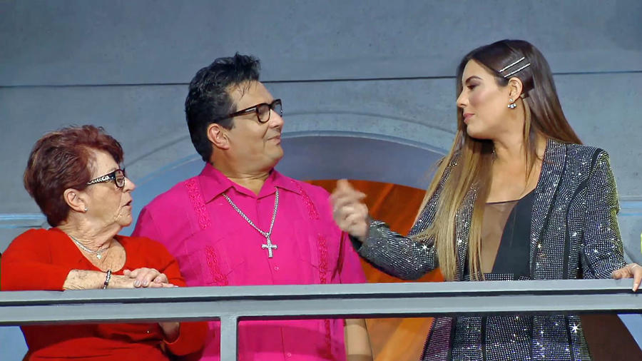 Gaby Espino charla con los exparticipantes durante la final de MasterChef Latino 2