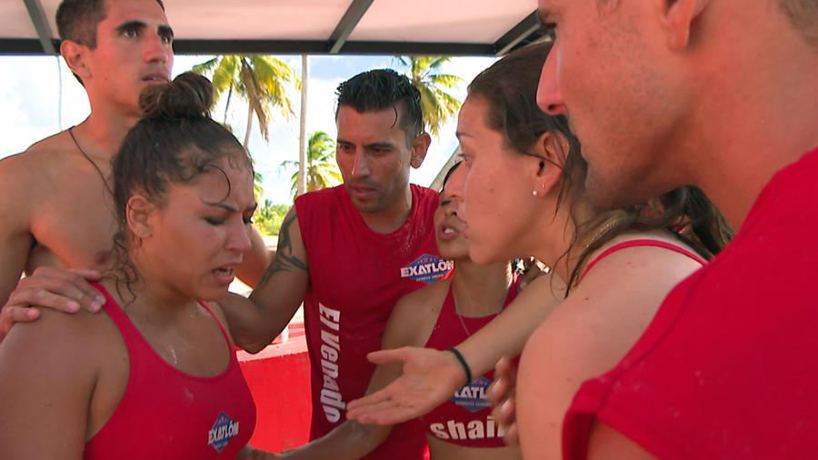 Valerie Loureda es consolada por sus compañeros de equipo