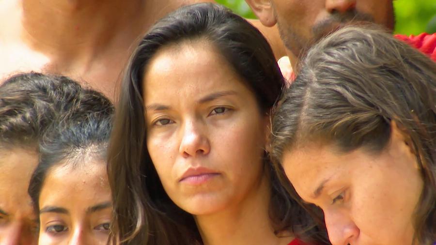Olimpia Villalobos mira seria hacia la nada