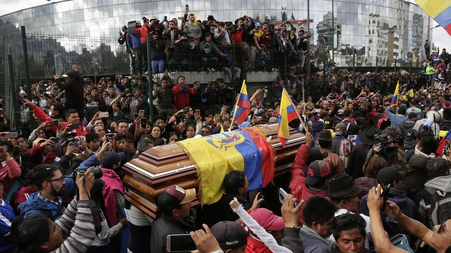 Crece la violencia y la tensión en las protestas masivas contra el gobierno de Ecuador provocando el cobro de varias vidas y la retención de más de 20 periodistas