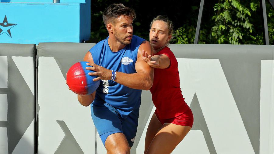Tavo y Nicole luchan por la pelota en Exaball