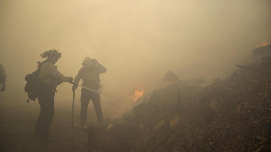 En California creen que una torre de electricidad defectuosa habría provocado el incendio Saddleridge que dejó tres muertos