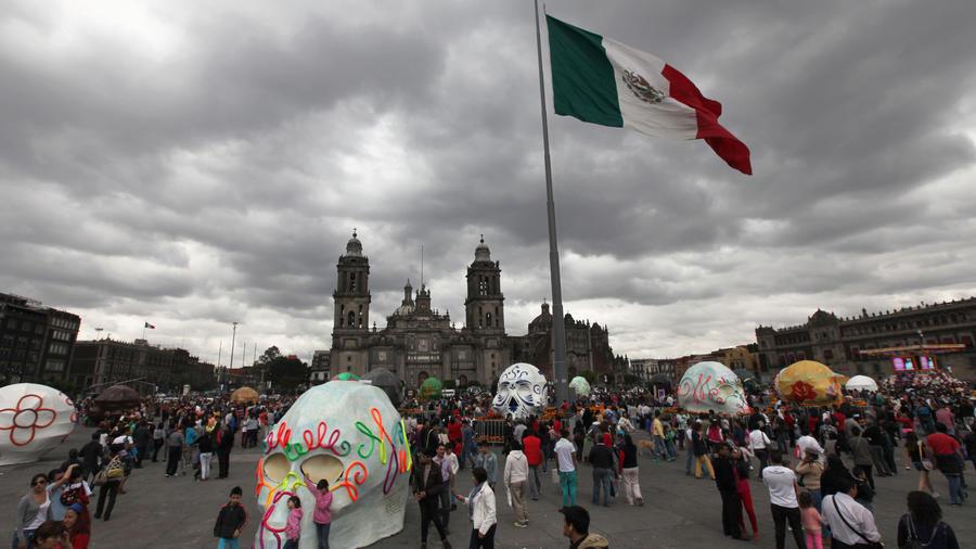En una celebración adelantada del Día de los Muertos, México exhibe cráneos enormes y coloridos realizados por varios artistas mexicanos y extranjeros
