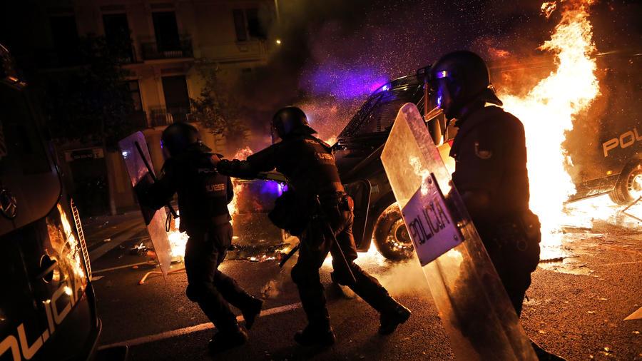 Los manifestantes siguen quemando contenedores de basura en las calles