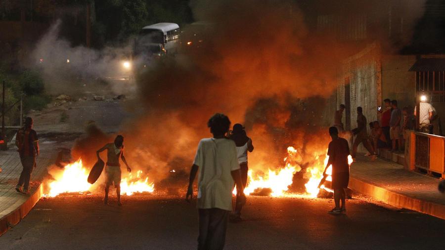 Manifestantes bloquean calles con incendios y barricadas para exigir la renuncia del presidente Juan Orlando Hernández, en Tegucigalpa