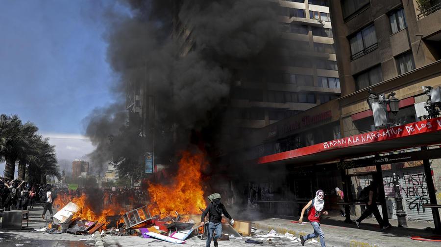 Miles de manifestantes en Chile vuelven a desafiar el estado de emergencia