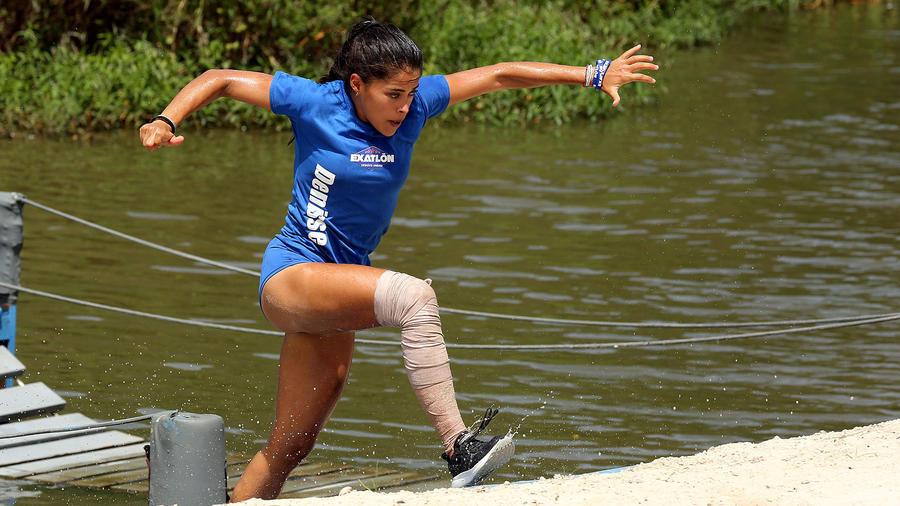 Denisse corre sobre el río Chavón