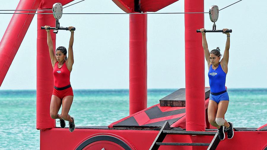 Shaila y Karla en la tirolesa sobre el mar Caribe