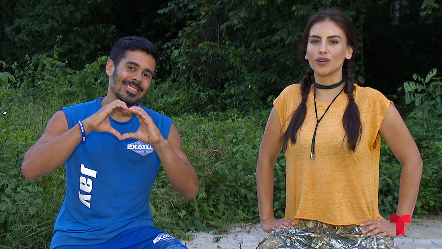 Jay hace corazón con la mano en entrevista con Jessica Cediel