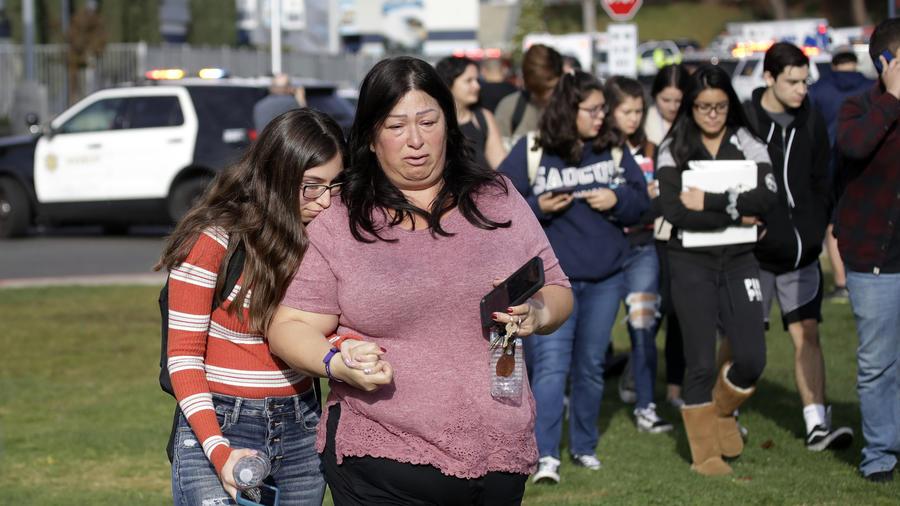 evacuación de los estudiantes de la escuela Saugus en #SantaClarita tras el tiroteo.