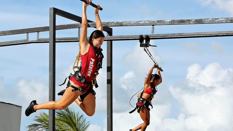 Palafox y Shaila en la tirolesa de altura