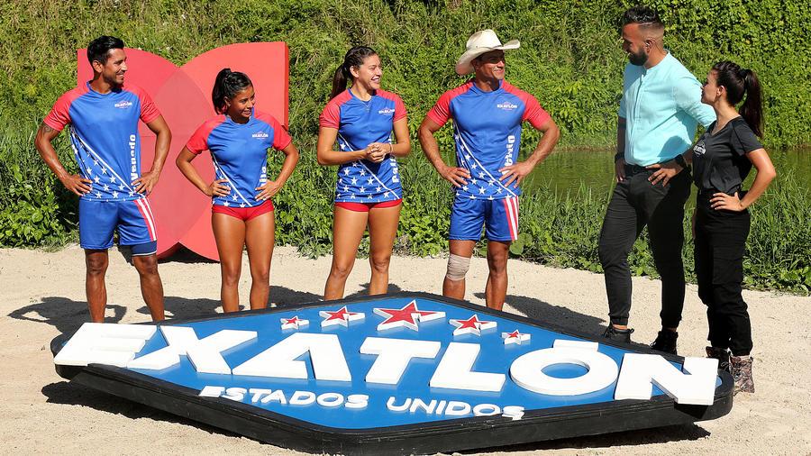 Los cuatro finalistas con Erasmo y Jessica Cediel