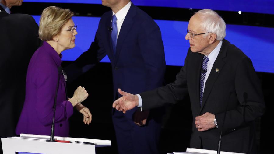 Elizabeth Warren le niega el saludoa Bernie Sanders en el debate en Des Moines, Iowa.