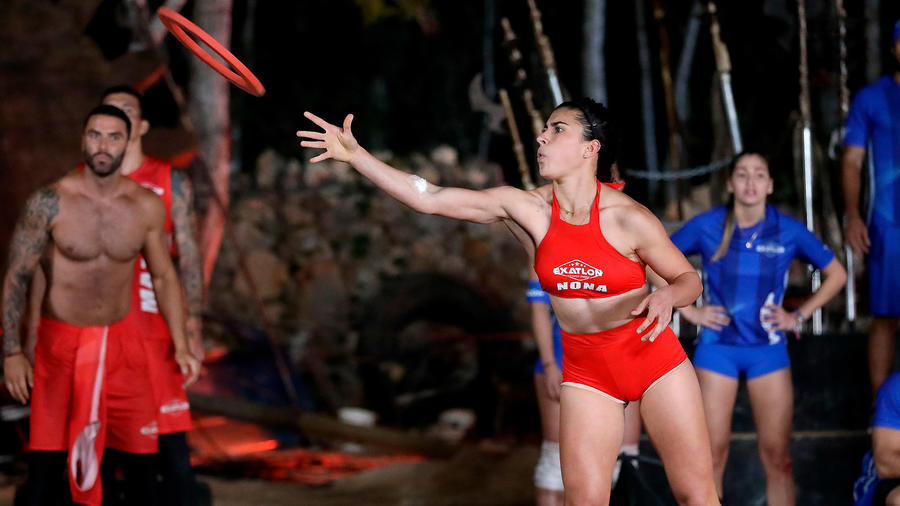 Nona González tira un aro