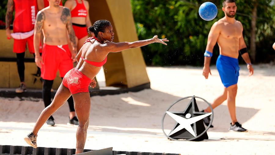 Yamilet Peña tira una pelota en el circuito dorado