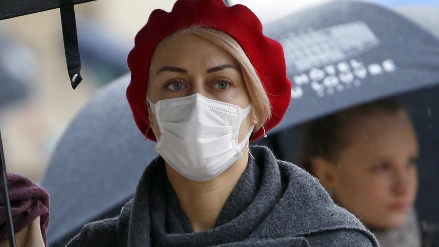 Mujer en Francia con mascarilla