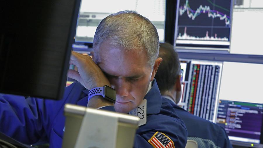 Caras de preocupación entre los trabajadores de la Bolsa de Comercio de Nueva York, por una nueva jornada negra por el miedo al coronavirus y a la guerra de precios del petróleo.