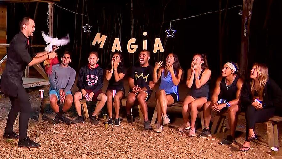 Contendientes disfrutan de función de magia