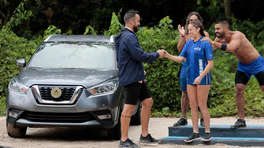 Naomi recibe las llaves de su carro SUV