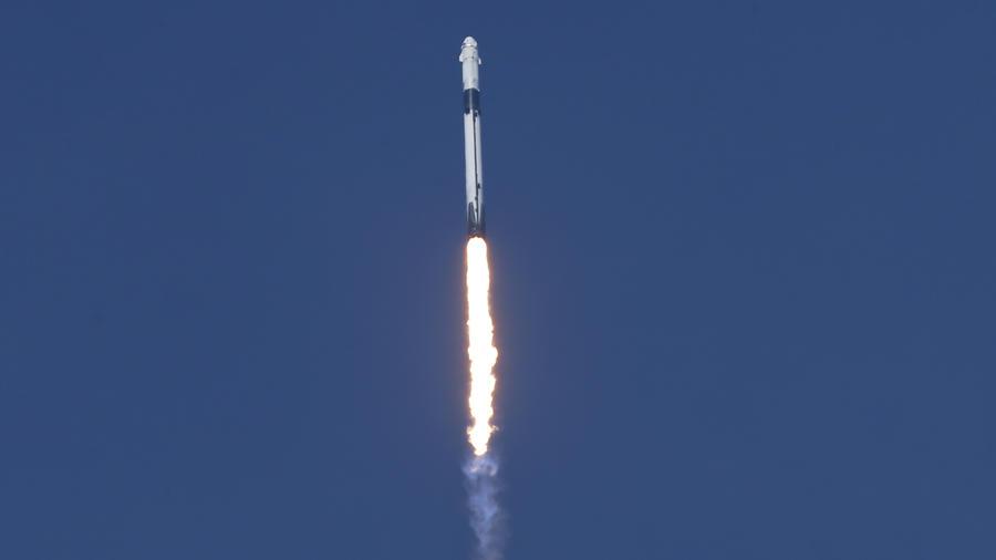 Un cohete SpaceX Falcon 9 con la nave espacial Crew Dragon de la compañía a bordo despega del Centro Espacial Kennedy, en Cabo Cañaveral, Florida