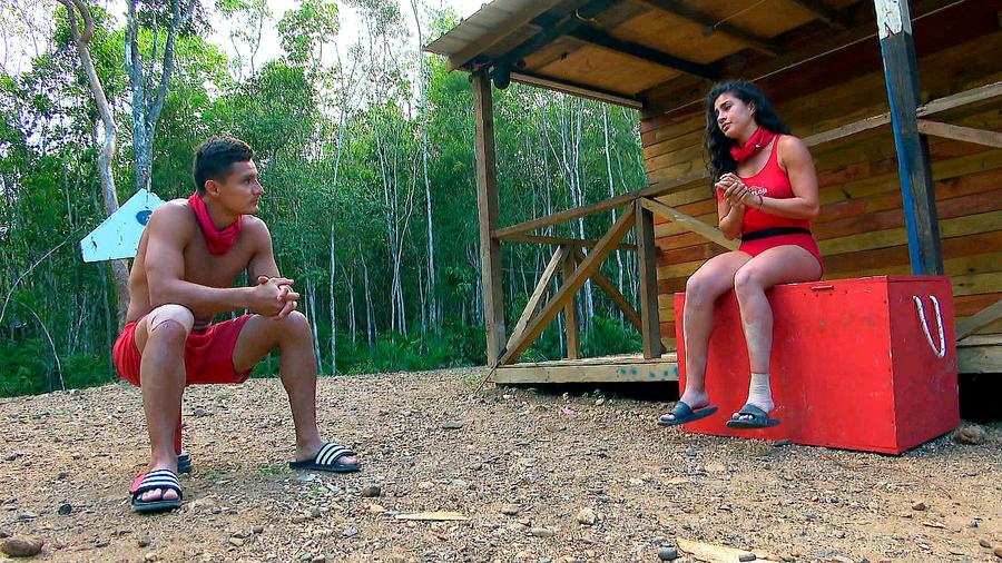 Carlos y Nona hablan en la Cabaña
