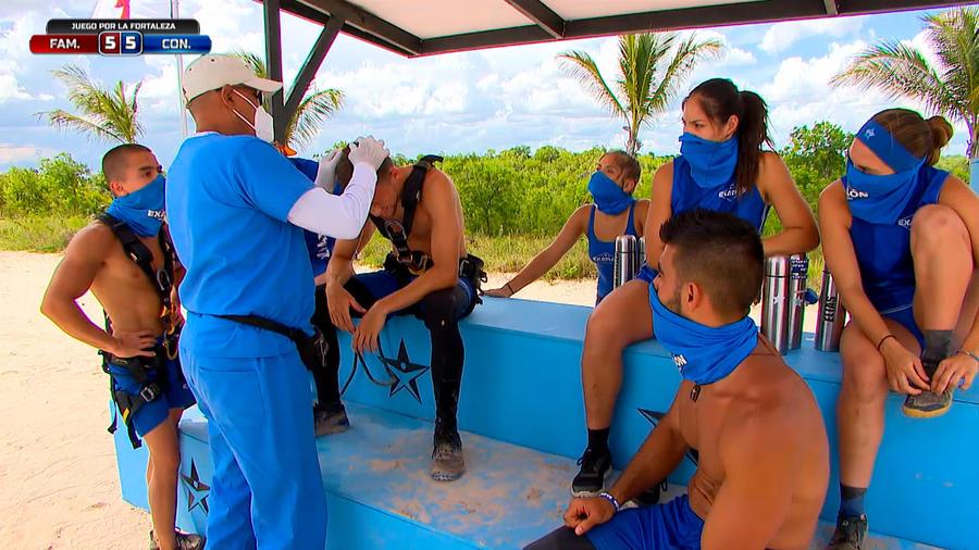 Emmanuel es atendido por el médico