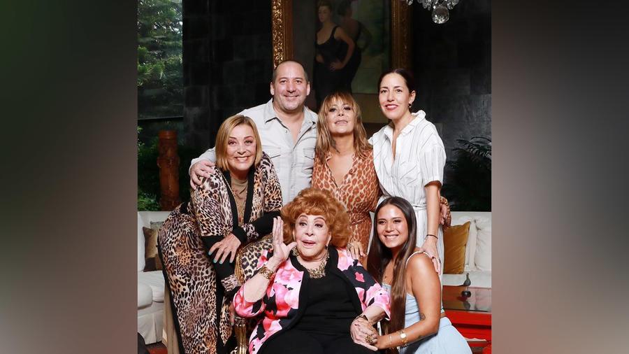 Silvia Pinal festeja sus 90 años con su familia