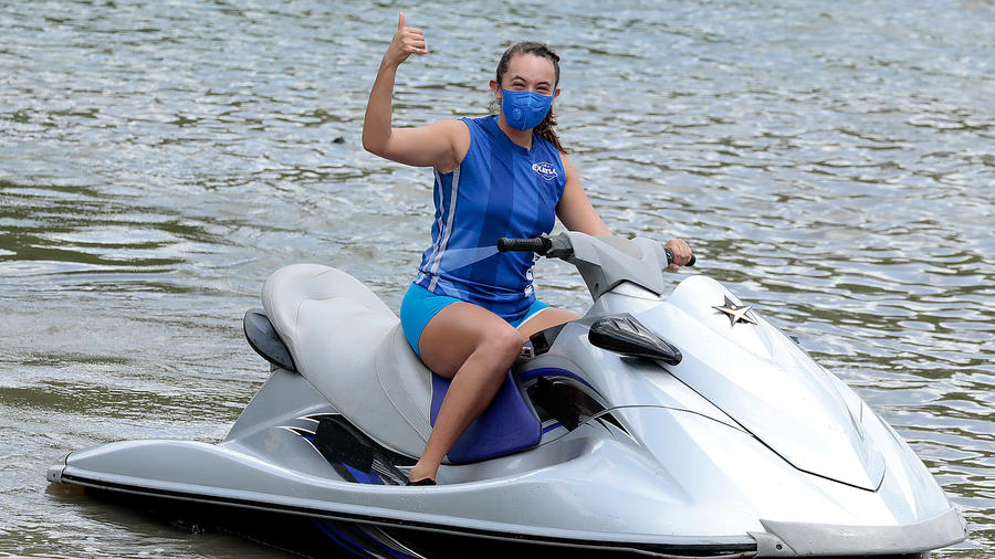 Naomi llega en jet ski
