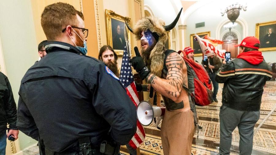 Jacob Anthony Chansley, también conocido como Jake Angeli, quien irrumpió en el Capitolio vistiendo piel animal y cuernos, ha sido arrestado.