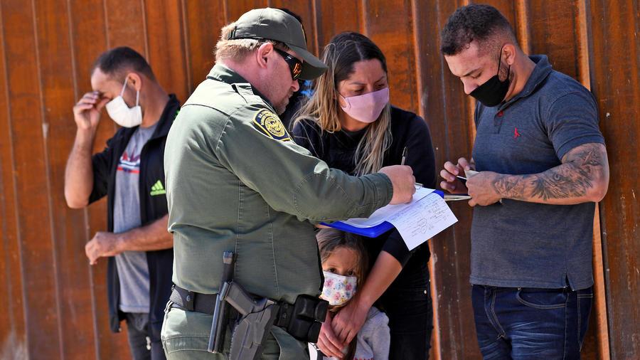 Un grupo de migrantes que intenta cruzar a Estados Unidos desde México es detenido por la Oficina de Aduanas y Protección Fronteriza en la frontera el 21 de mayo de 2021 en San Luis, Arizona.