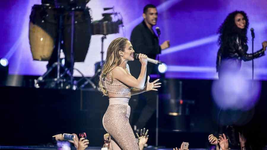 Jennifer Lopez cantando en su tributo a Selena en Premios Billboard 2015
