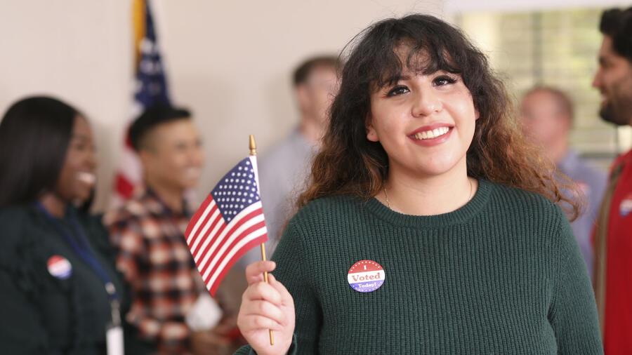 Joven latina ejerciendo su voto