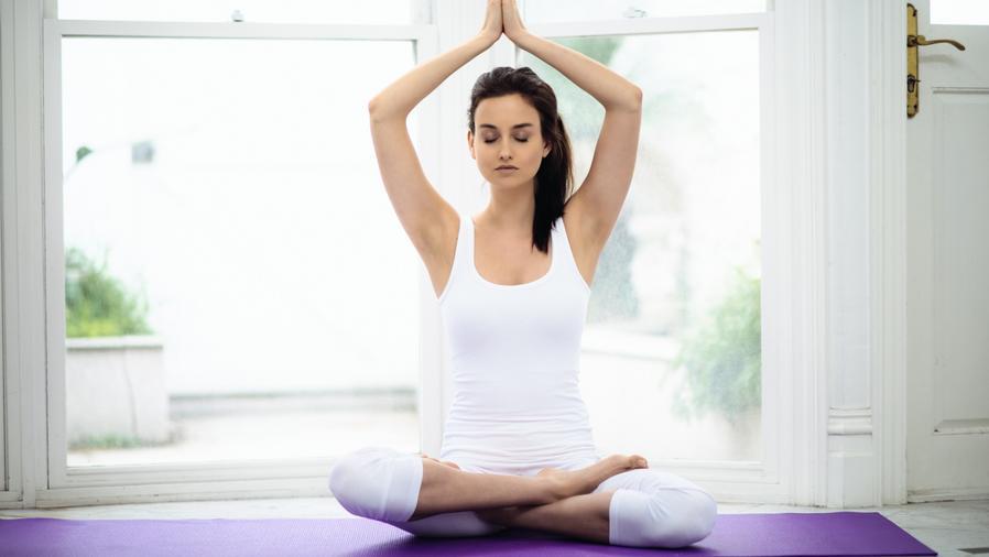 Mujer haciendo Karma yoga