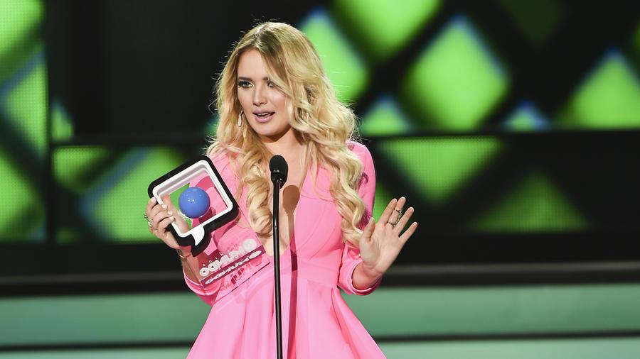 Kimberly Dos Ramos recibe premio soy sexy and I know it en Premios Tu Mundo 2015