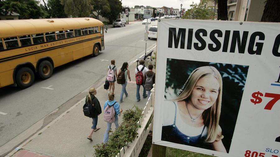 Cartel con la imagen de la estudiante desaparecida en California, Kristin Smart.