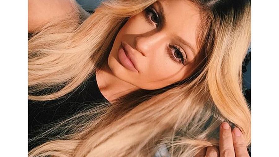 Kylie Jenner con el cabello rubio