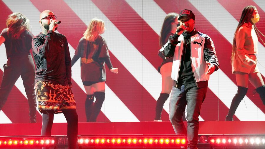 Luis Fonsi y Farruko cantando en los ensayos de los Premios Billboard 2020