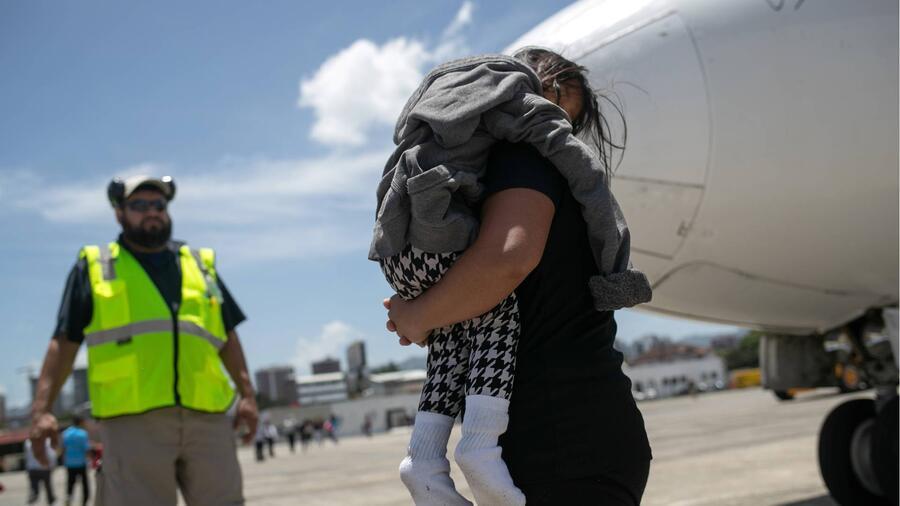 Madre e hija en la frontera