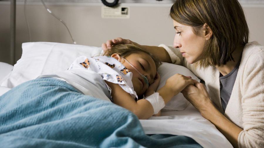 Madre con su hija en el hospital
