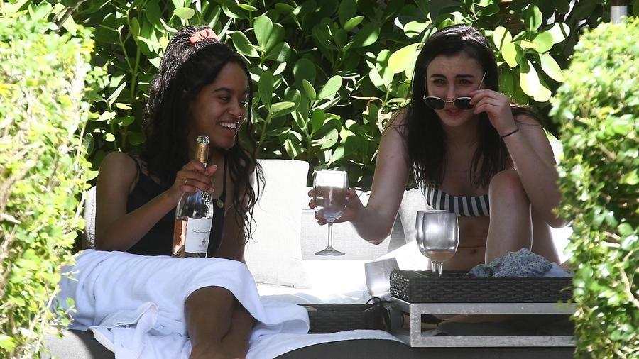 Hija mayor de los Obama, Malia, es captada bebiendo alcohol.