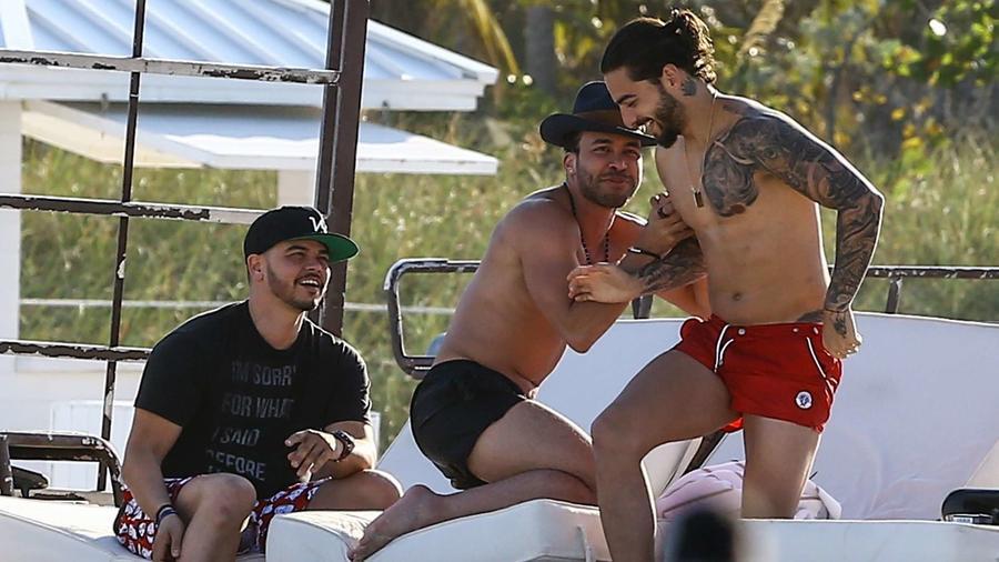 Maluma y Prince Royce se fueron a la playa y ¡hasta se metieron a nadar juntos!