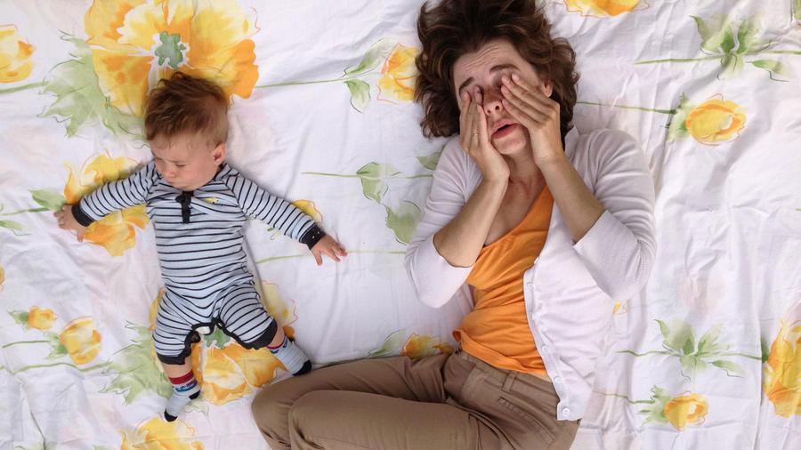 Mamá cansada con bebé