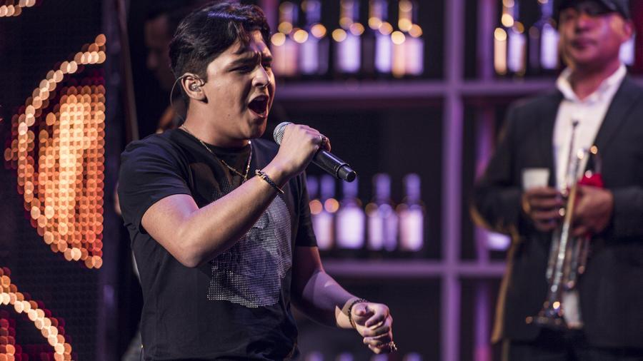 Christian Nodal ensayando Premios Tu Mundo 2017.