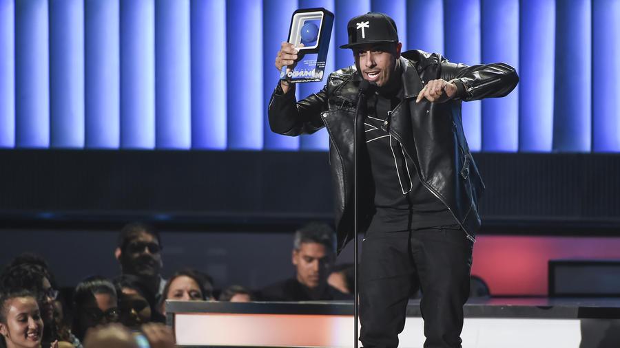 """Nicky Jam gana premio """"canción comienza fiesta"""" en Premios tu Mundo 2015"""